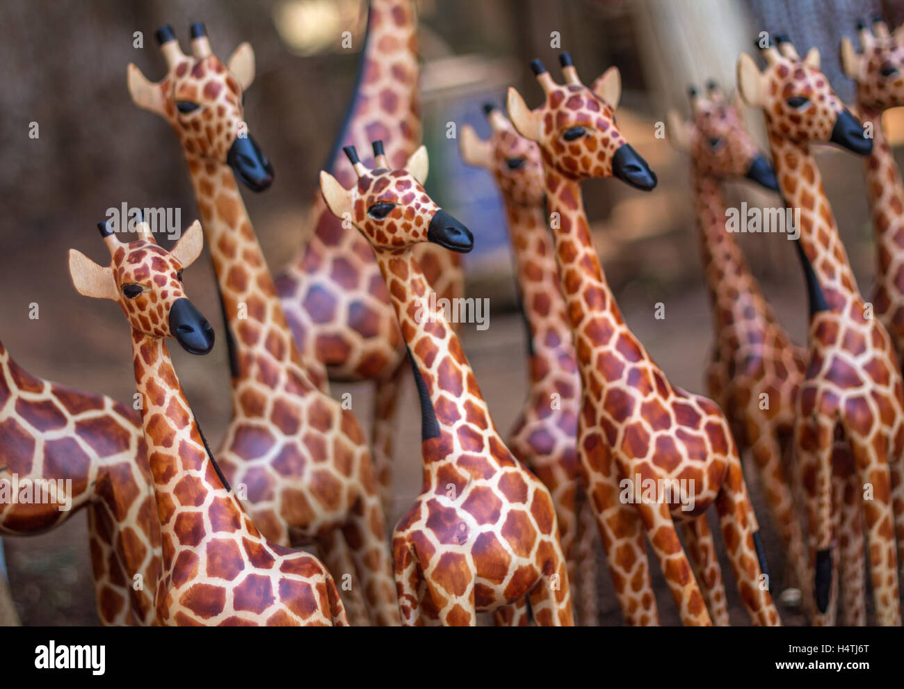 Ein aus Holz Giraffe zeichnet sich in Menge ähnliche Schnitzereien ...