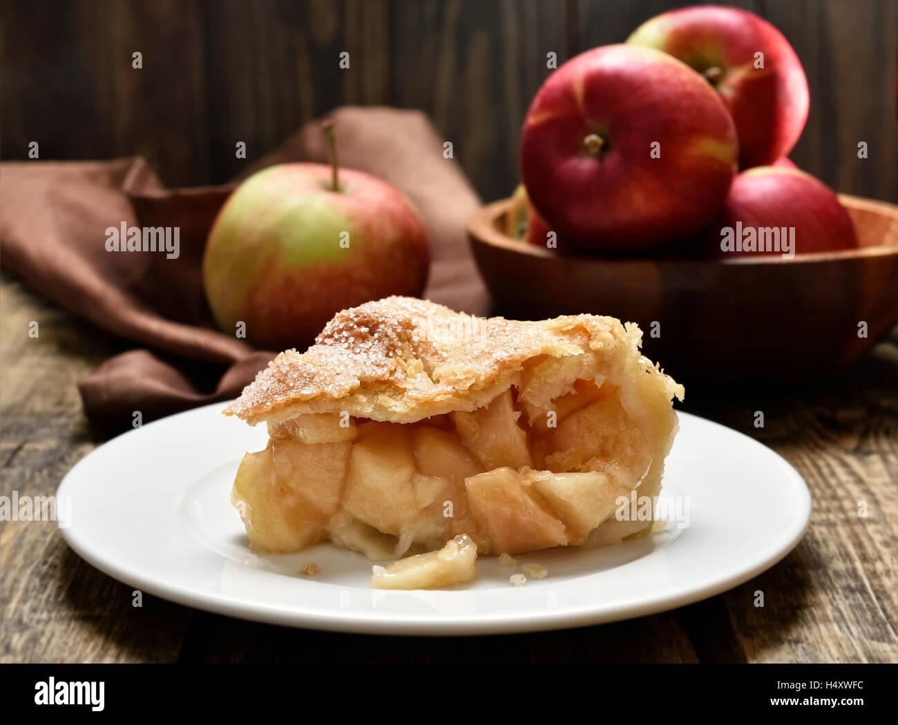 Stück Apfelkuchen auf Teller, Nahaufnahme Blick Stockbild
