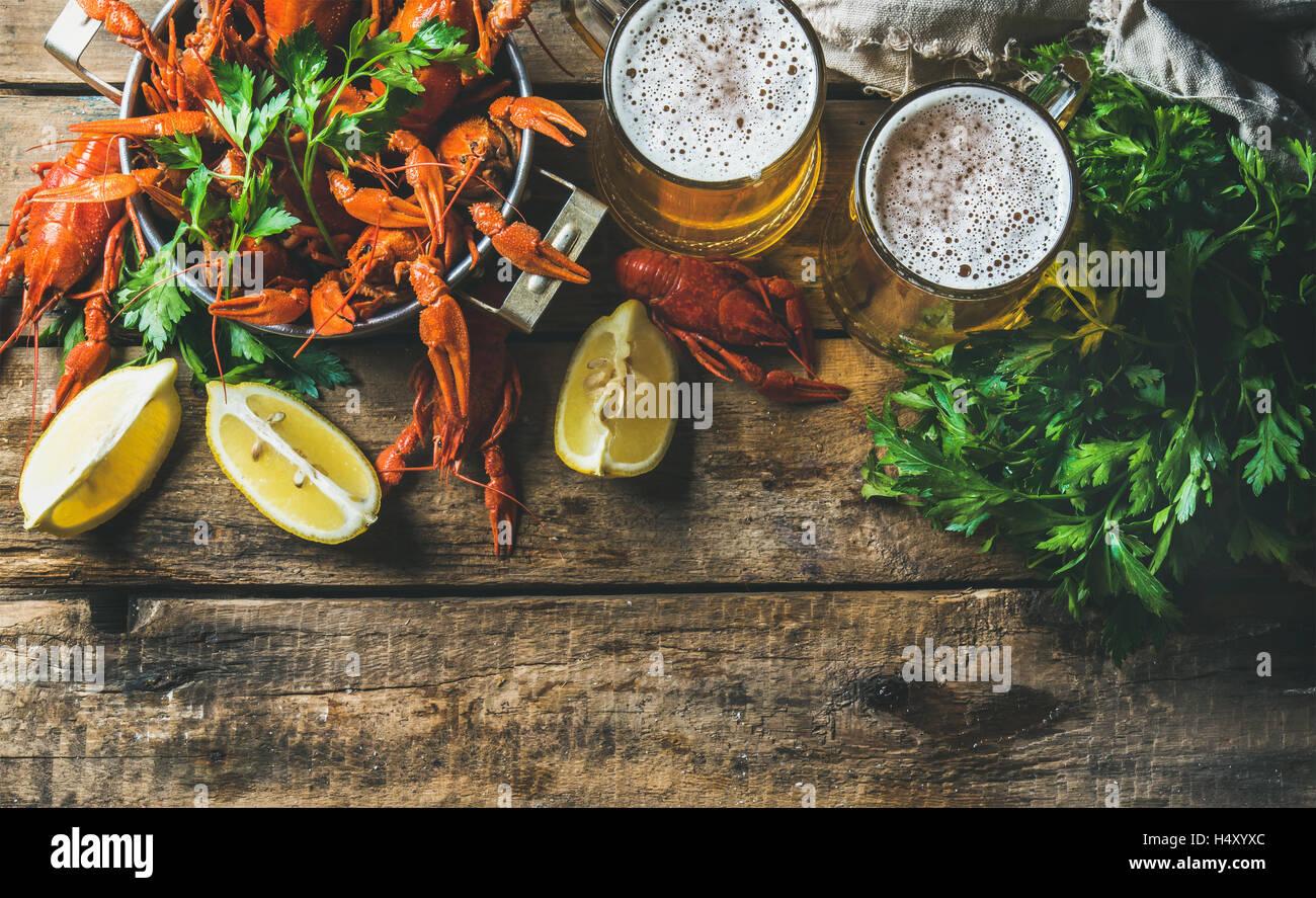 Zwei Becher Bier und gekochte Krebse kopieren Raum Stockbild