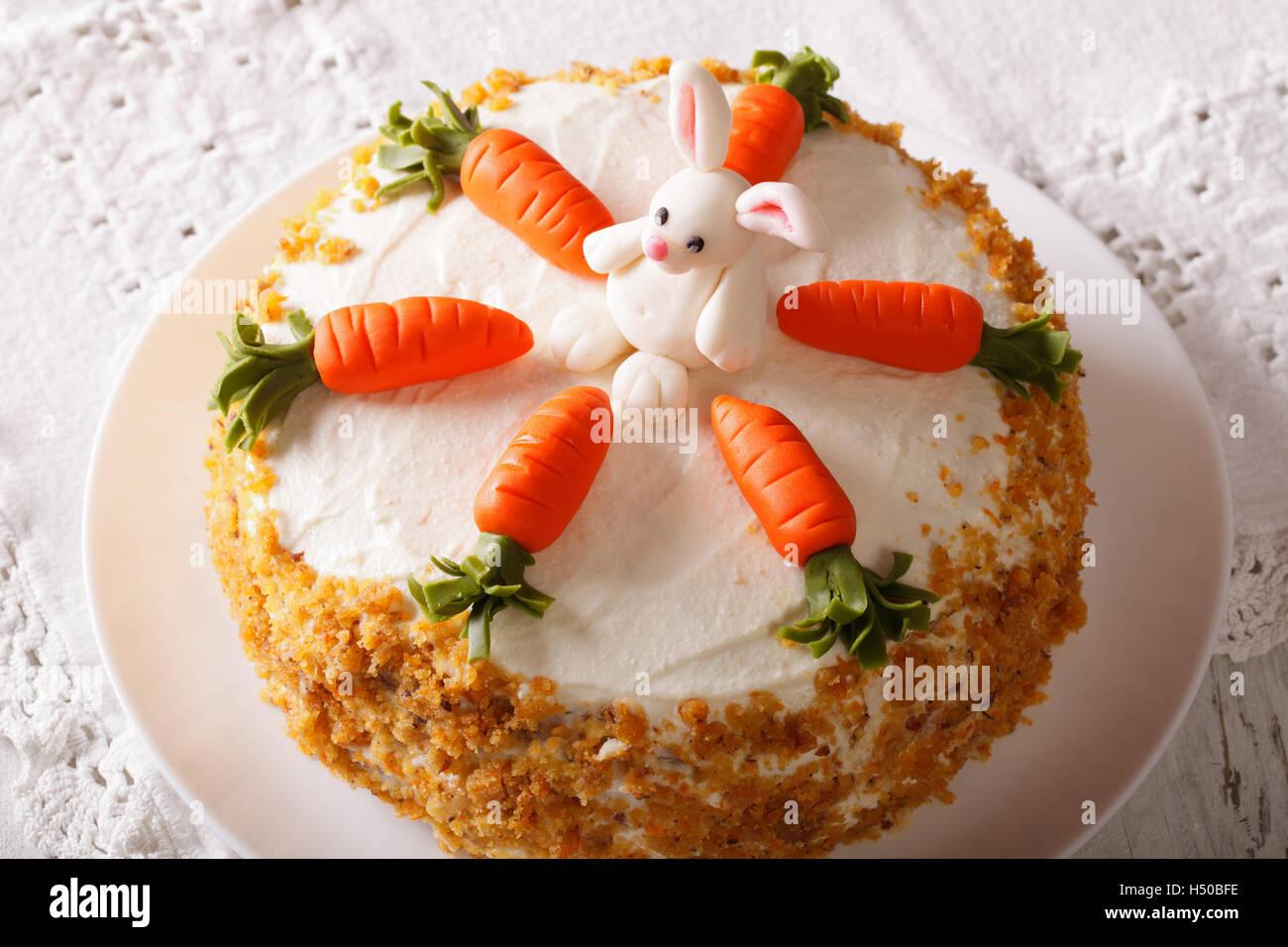 Schoner Kuchen Verziert Mit Karotte Und Bunny Nahaufnahme Auf Dem