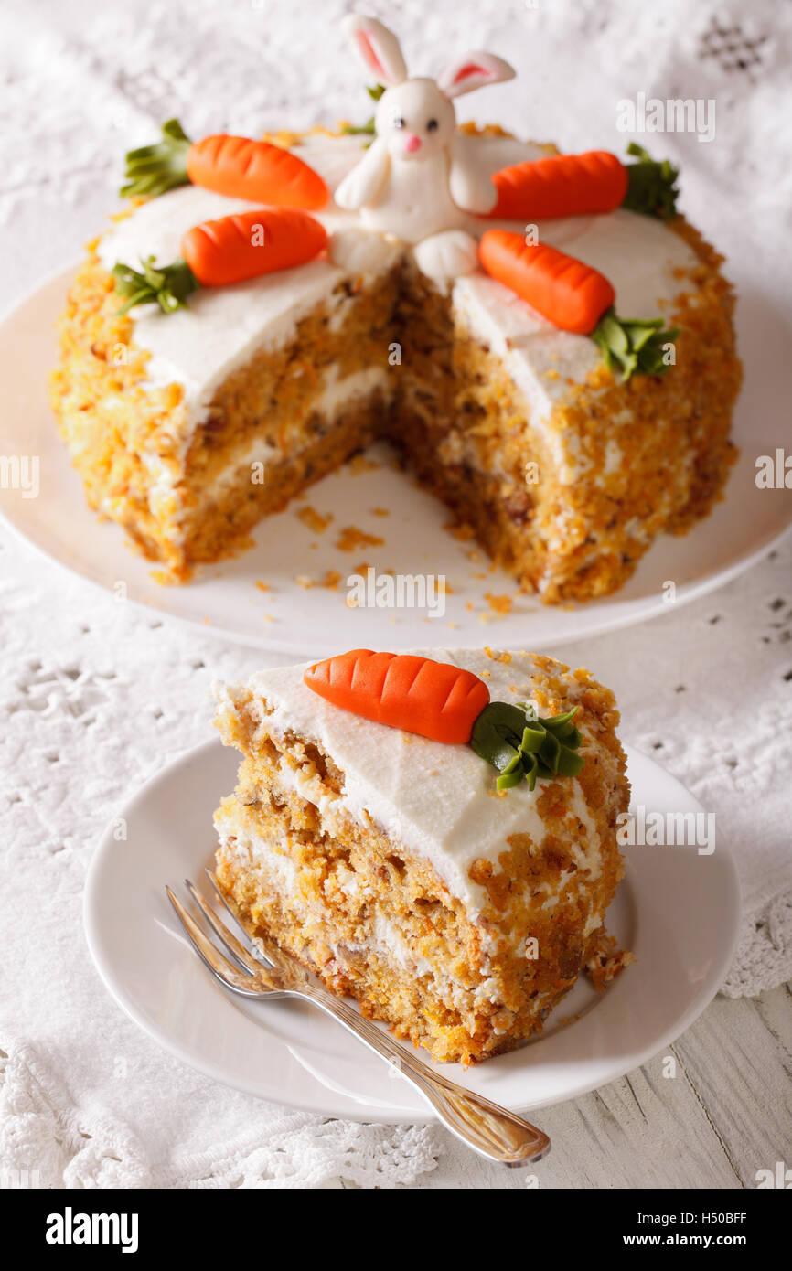 Schoner Kuchen Verziert Mit Hase Und Karotte Und Slice Nahaufnahme