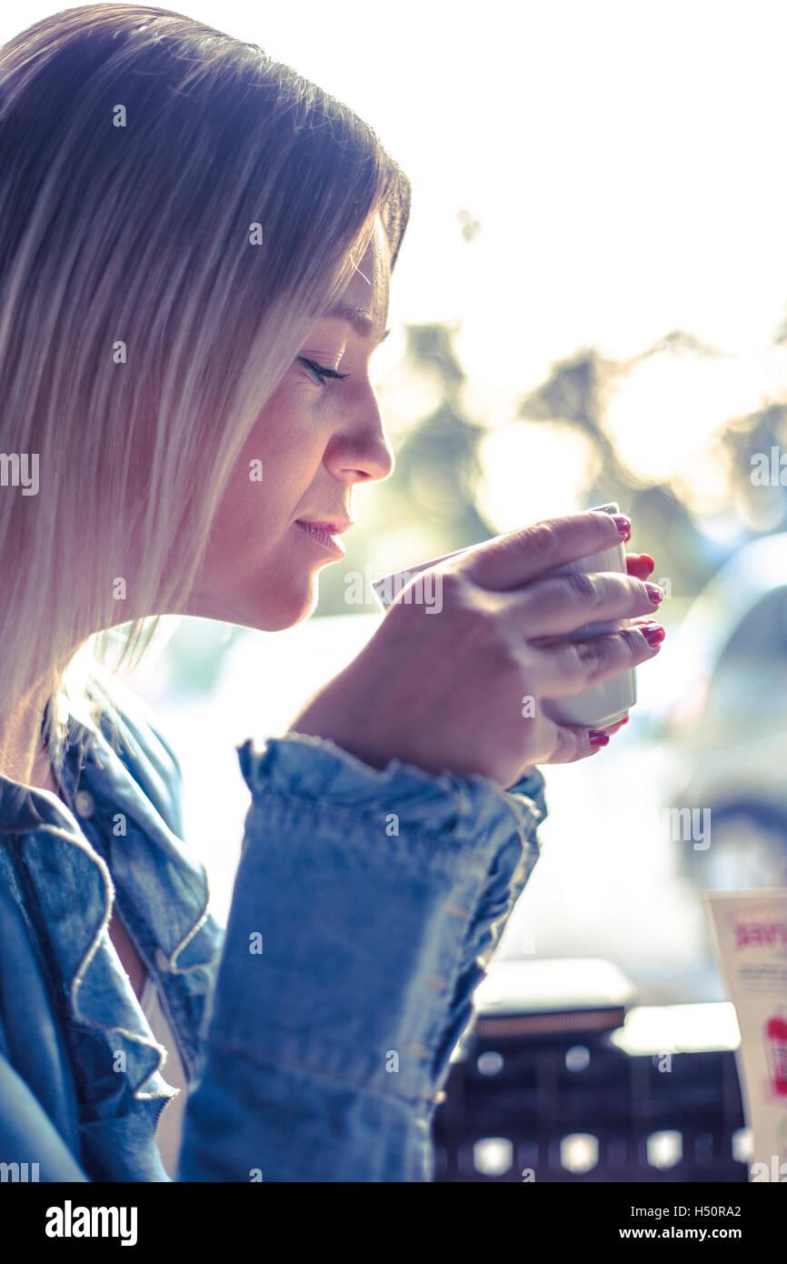 Porträt der jungen Frau Kaffee trinken Stockbild