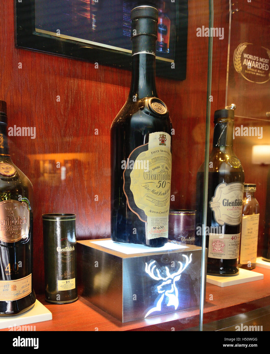 Glenfiddich 50 Jahre alten Single Malt Whisky hinter verschlossenen Schrank in der Bascule Bar, Cape Grace Hotel, Stockfoto