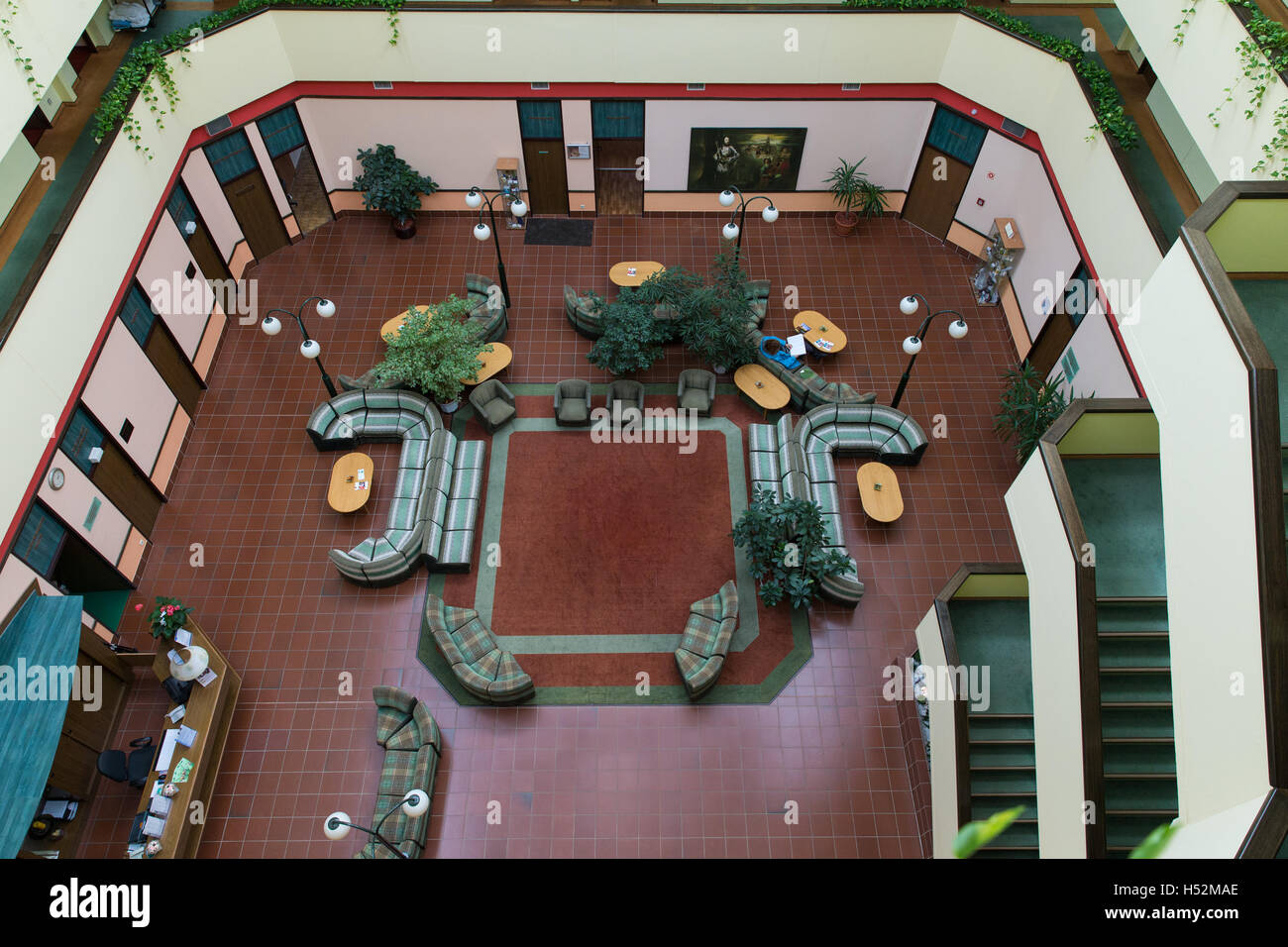 Hotel Atrium. Halle.  und die Balkone. Korridore der. Blick vom Balkon im Inneren. Stockbild