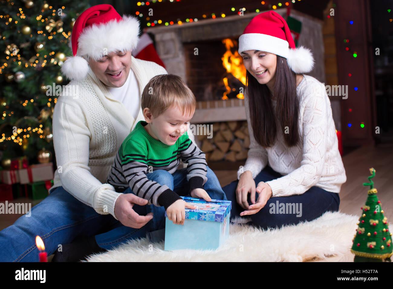 Urlaub, Geschenke, Weihnachten Konzept - glückliche Familie - Mutter ...