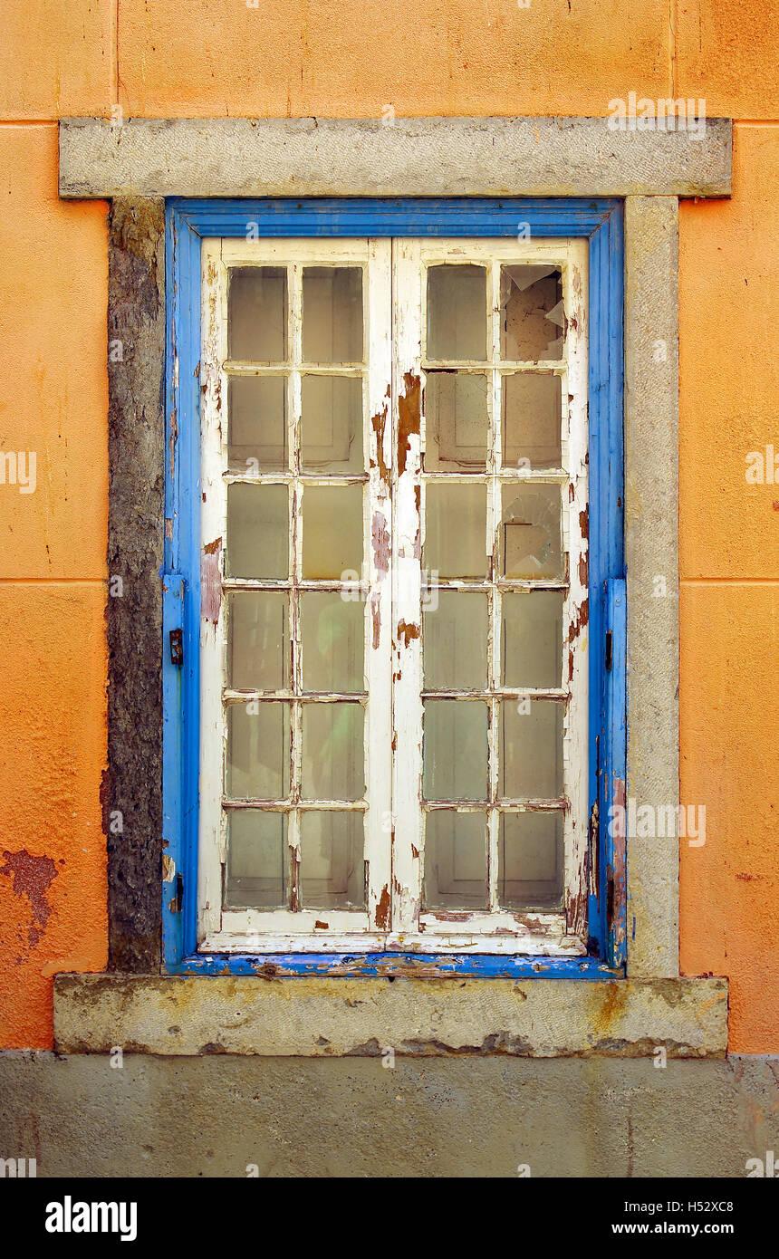 Alten und beschädigten Fenster mit blauen Rahmen in verlassenen ...
