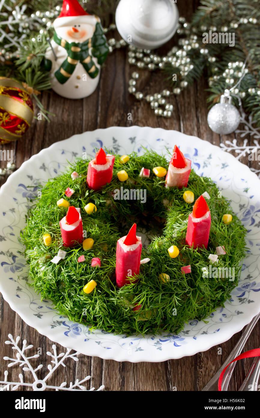 Weihnachten-Salat mit Reis, Mais, Gurken und Krabben-sticks ...