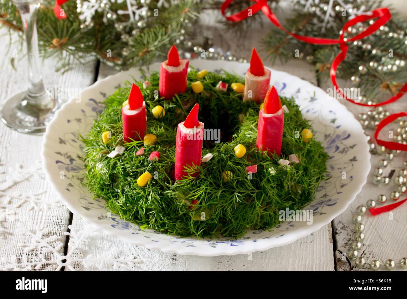 Salat Weihnachten.Traditionelle Russische Salat Mit Reis Und Krabben Sticks Winter