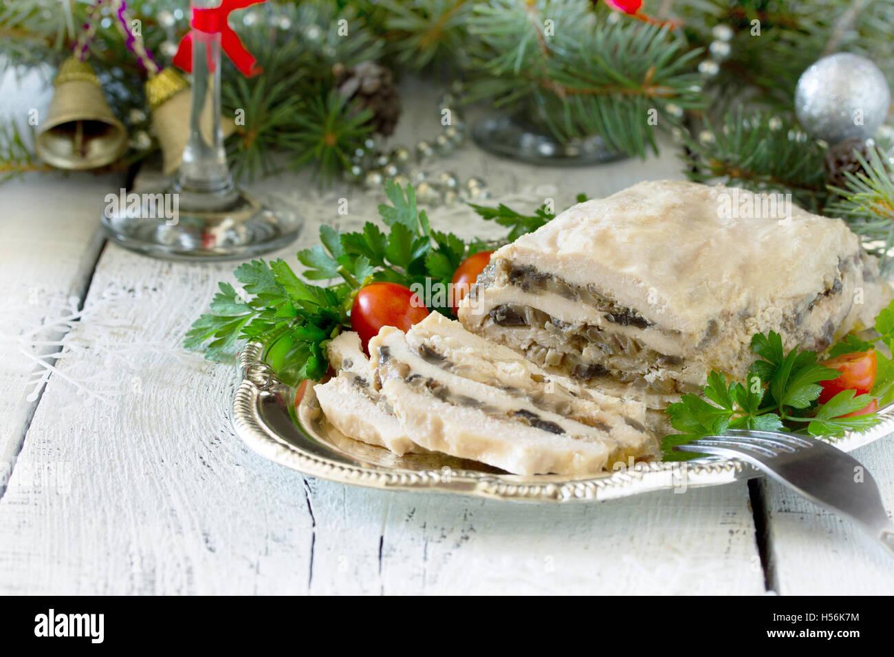 Hausgemachte Fleisch Huhn Rollen mit Pilzen, Zwiebeln und Gelatine ...