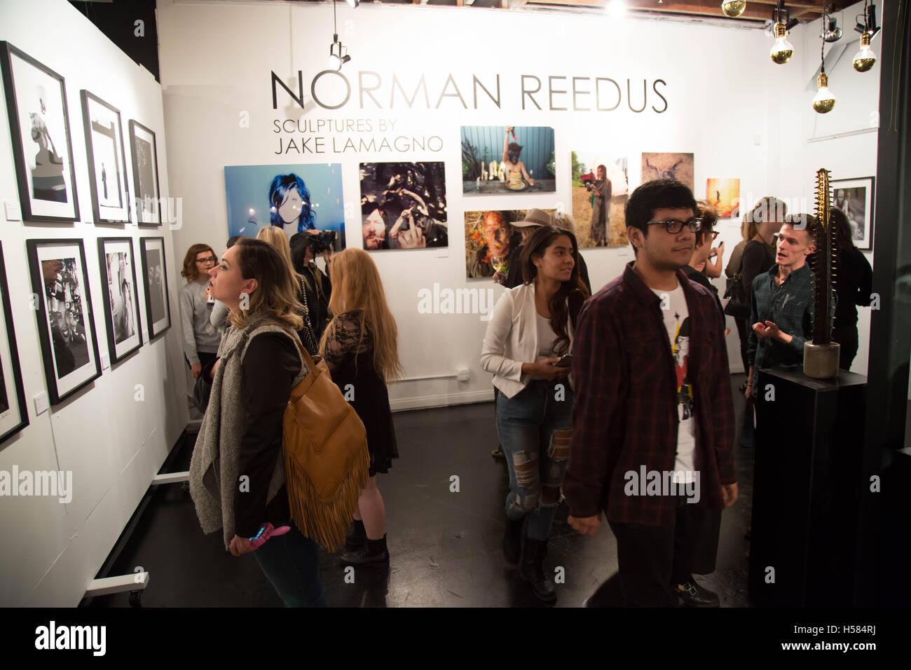 Gast-Atmosphäre bei Norman Reedus: A Fine Art Fotografie Ausstellung im Voila! Galerie im 12. November 2015 in Los Angeles, Kalifornien, USA Stockfoto