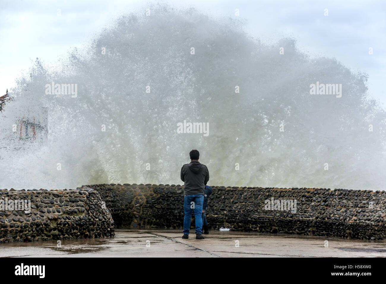 Stürmischer Seegang auf Brighton beach Stockbild