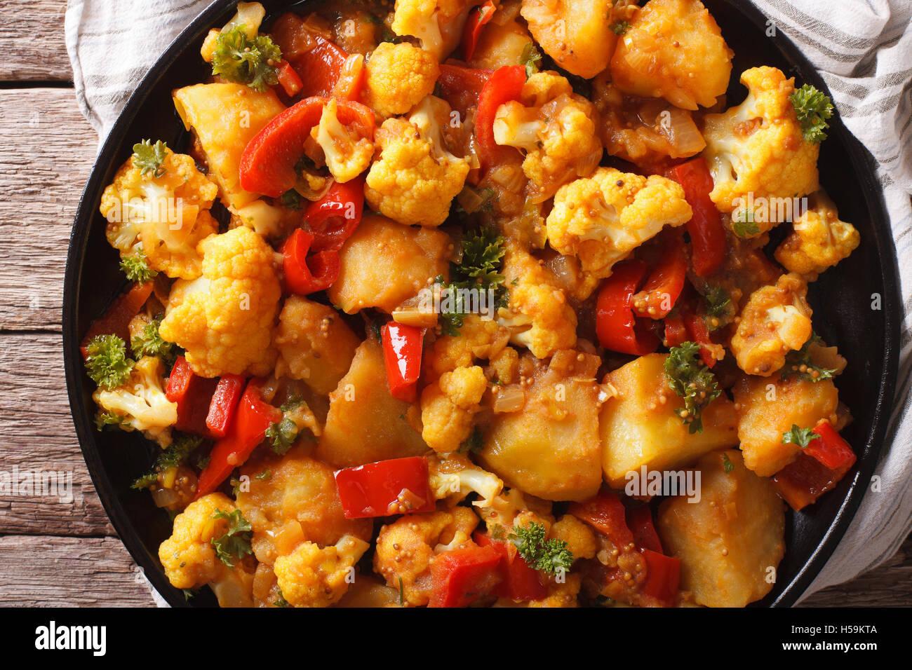 Indische Küche: vegetarisch Aloo Gobi close-up auf dem Tisch ...