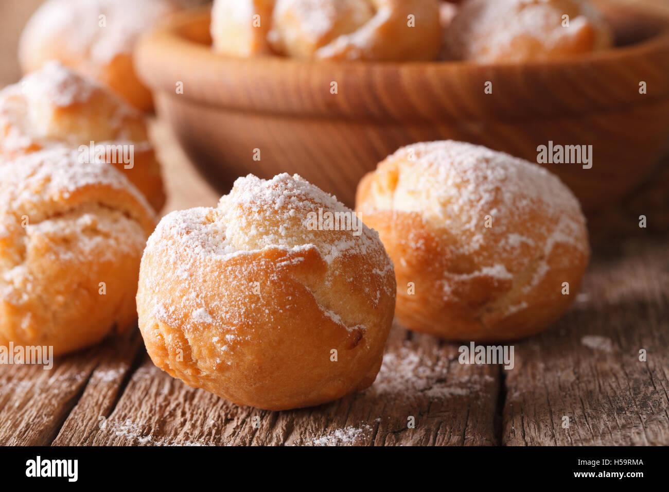 Festliche italienischen Donuts Castagnole hautnah in einer Schüssel auf dem Tisch. Horizontale Stockbild
