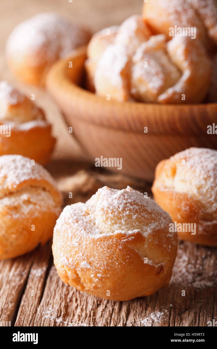 Festliche italienischen Donuts Castagnole hautnah in einer Schüssel auf dem Tisch. vertikale Stockbild
