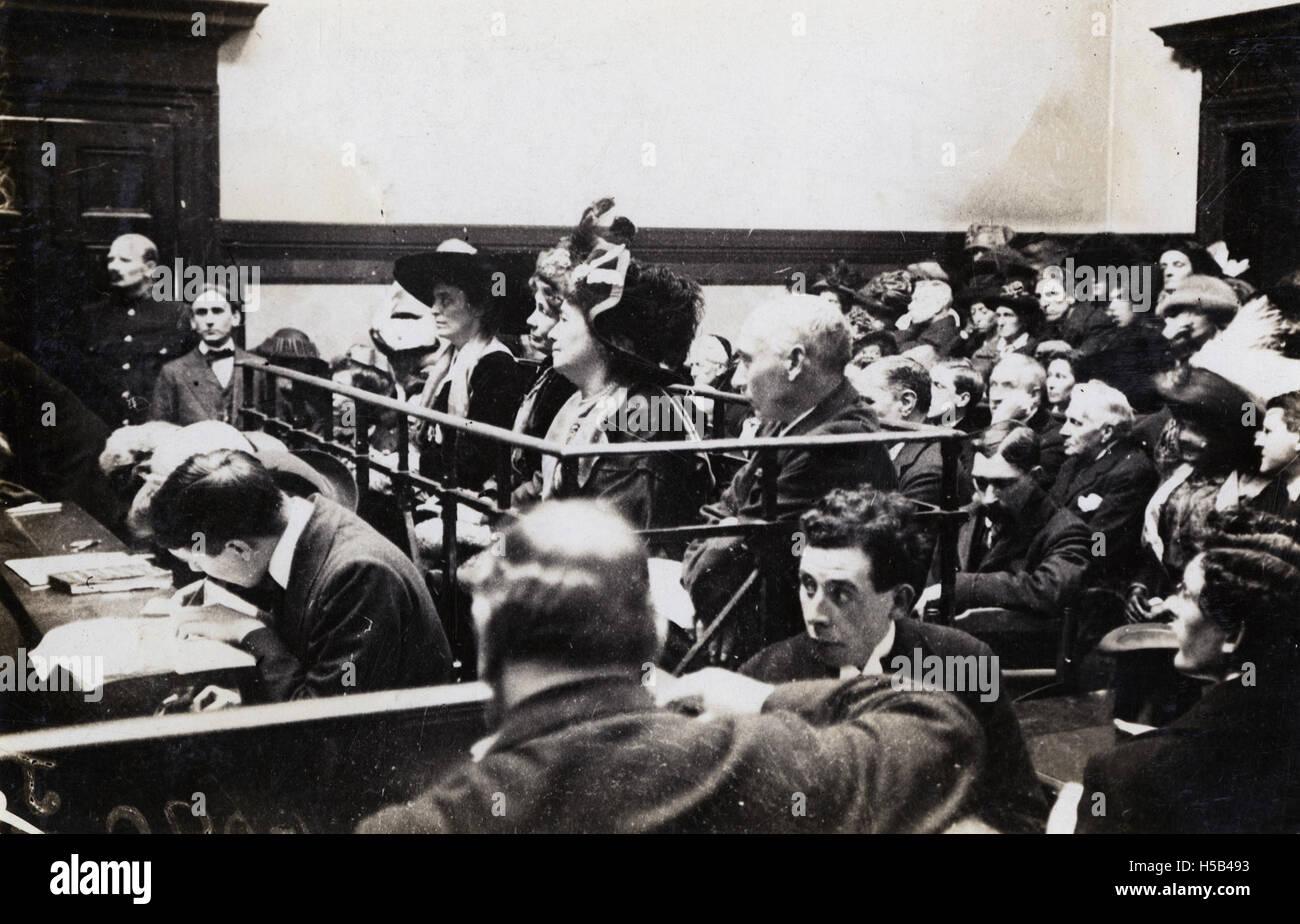 Friedrich und Emmeline Pethick Lawrence, Emmeline Pankhurst und [Mabel Tuke] vor Gericht, 1912. Stockfoto