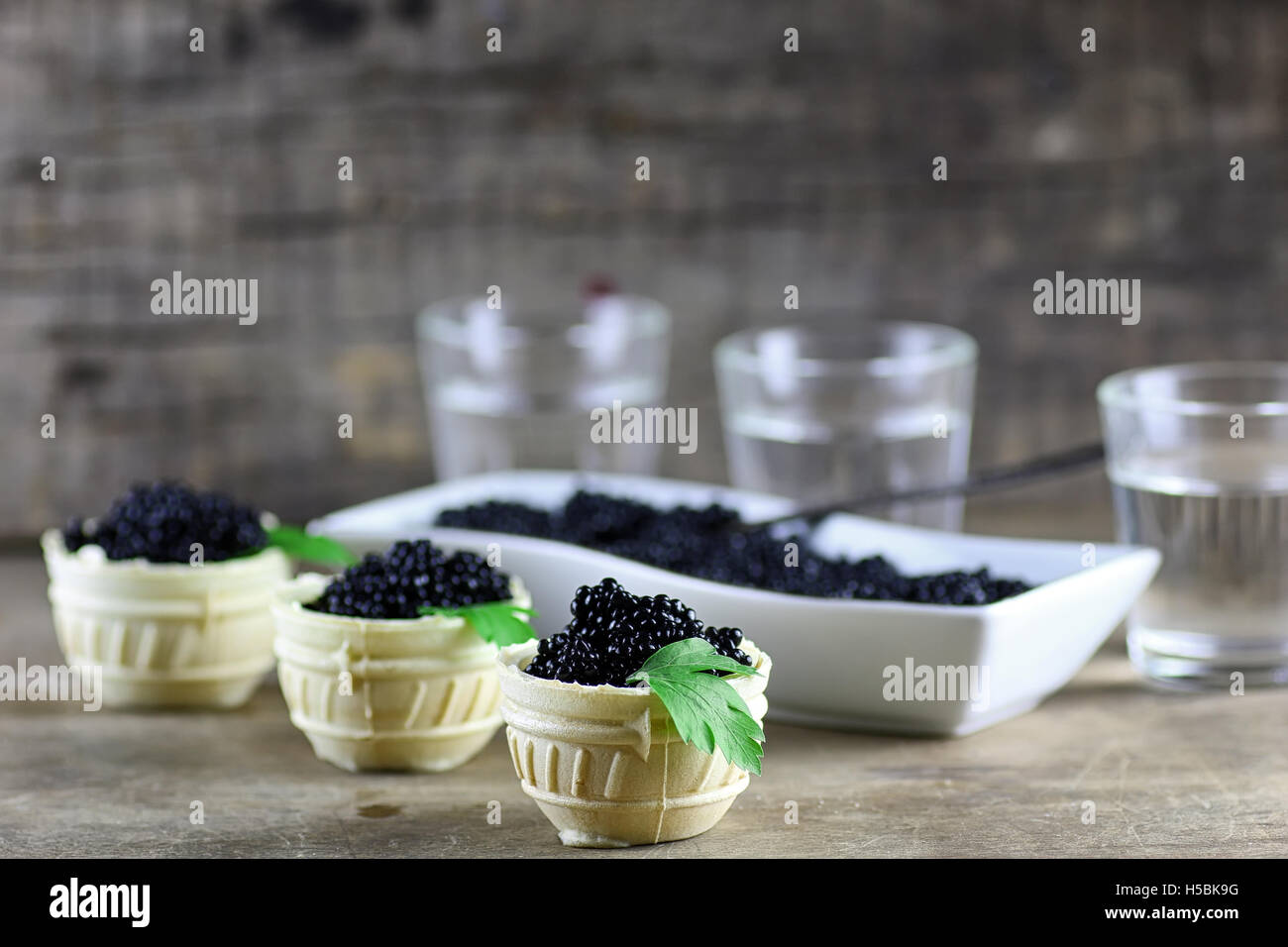 schwarzer Kaviar auf einem hölzernen Hintergrund Stockbild