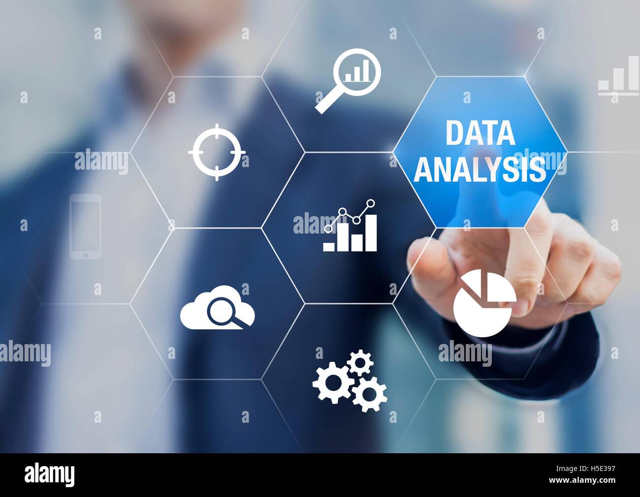 Berater zeigen Daten Analyse Konzept auf dem Bildschirm mit Diagrammen für Business Intelligence und Strategie Stockbild