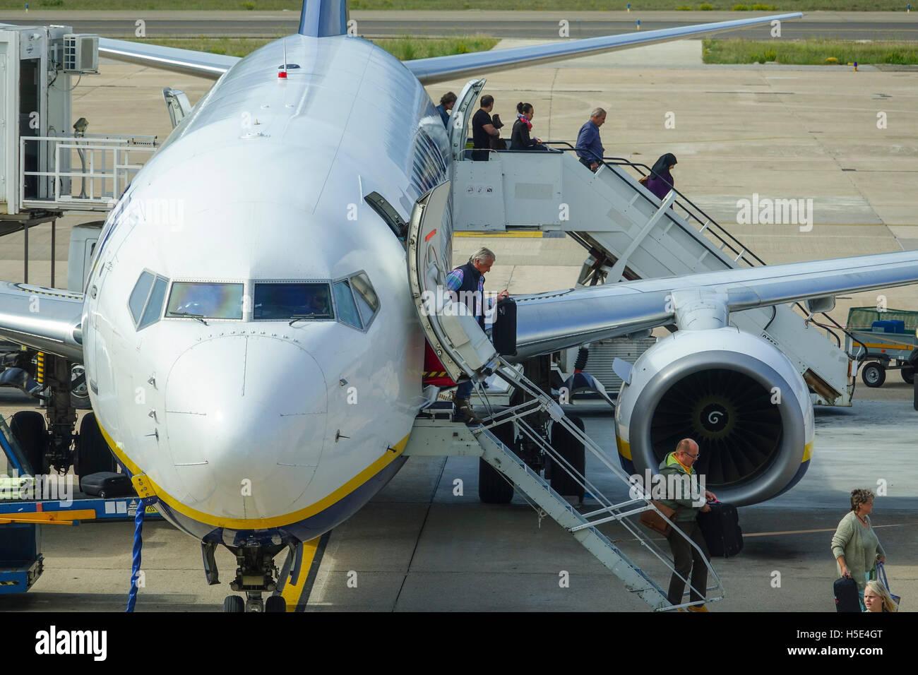 Reisen mit dem Flugzeug - Leute aussteigen aus Flugzeug am Bestimmungsort Stockbild