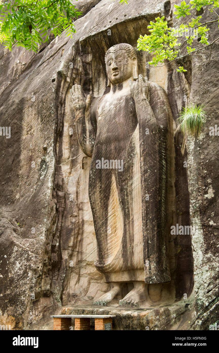 Sasseruwa Buddha-Statue in Abhaya Mudra (haben keine Angst vor dem darstellen), Rasvehera Wald Kloster, Sasseruwa, Stockfoto