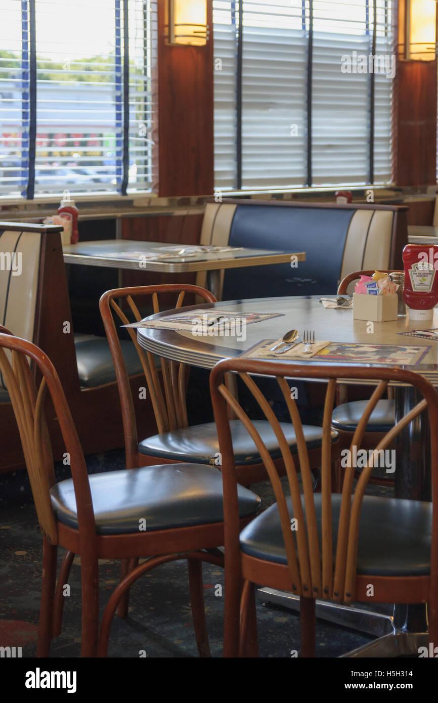 Typische American Diner Interieur mit traditionellen Stände, Tische ...