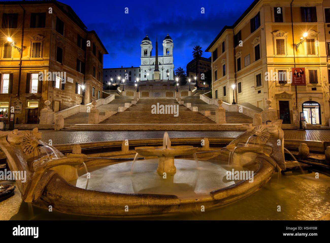 Nachtansicht der Fontana della Barcaccia und spanische Treppe, Piazza di Spagna, Rom, Latium, Italien Stockbild