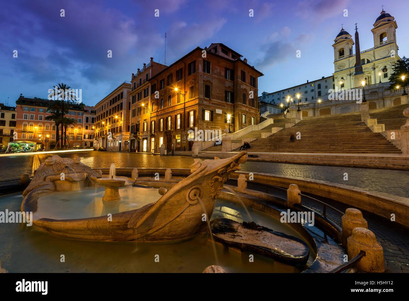 Nachtansicht der Fontana della Barcaccia am Fuß der spanischen Treppe, Rom, Latium, Italien Stockbild