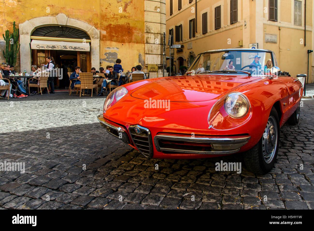 Alfa Romeo Duetto Spider parkten in einer Straße mit Kopfsteinpflaster von Rom, Latium, Italien Stockbild