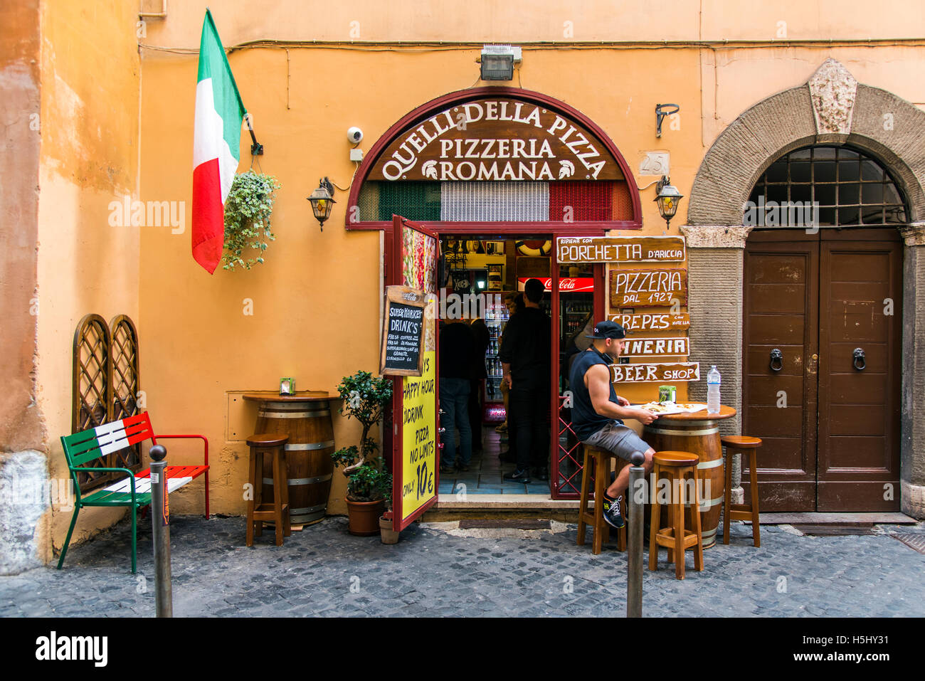 Pizzeria Restaurant mit italienischer Flagge, Rom, Latium, Italien Stockbild