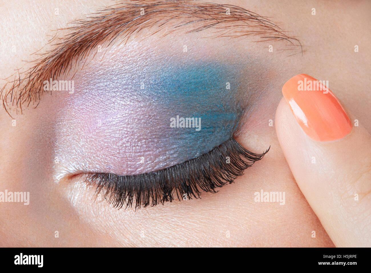Smokey Blaue Augen Make Up Mit Finger Mit Orangefarbenen Nagellack