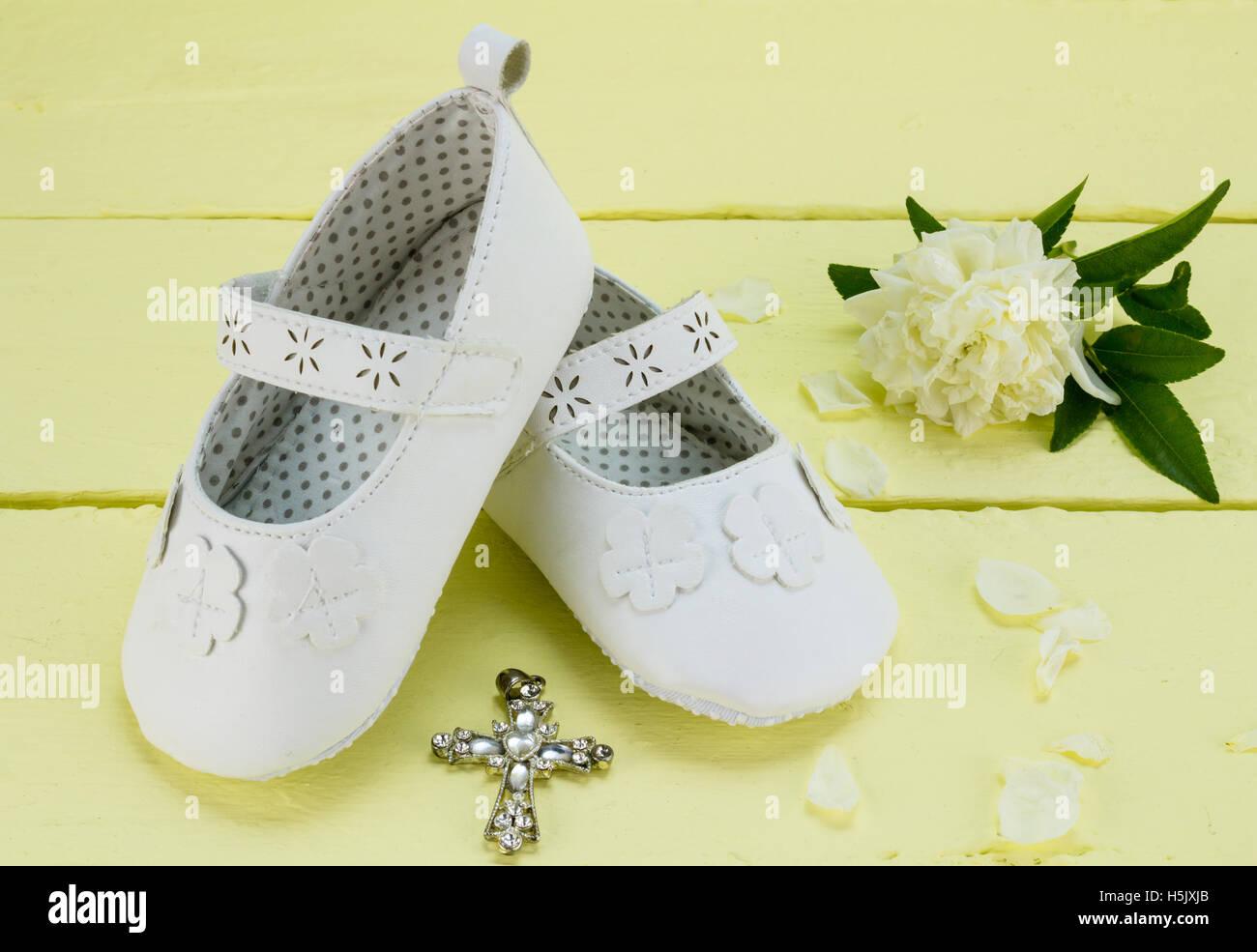Taufe Hintergrund Weiße Babyschuhe Und Kristall Anhänger