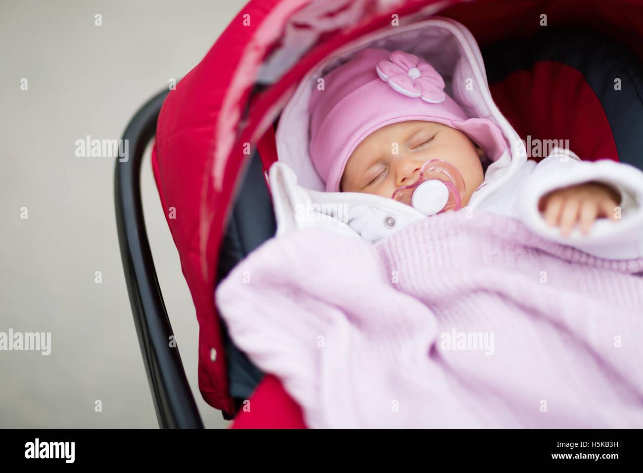 Baby schläft im Kinderwagen im freien Stockfotografie - Alamy