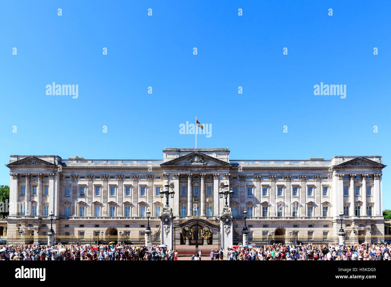 Buckingham Palace in London mit einer Menge von Touristen an einem wolkenlosen Tag Stockbild