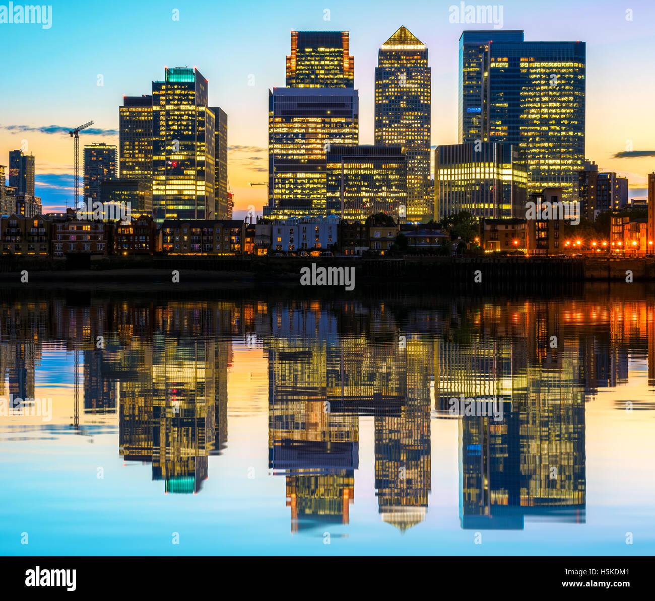 Beleuchtete Canary Wharf, Finanzzentrum in London bei Sonnenuntergang Stockbild