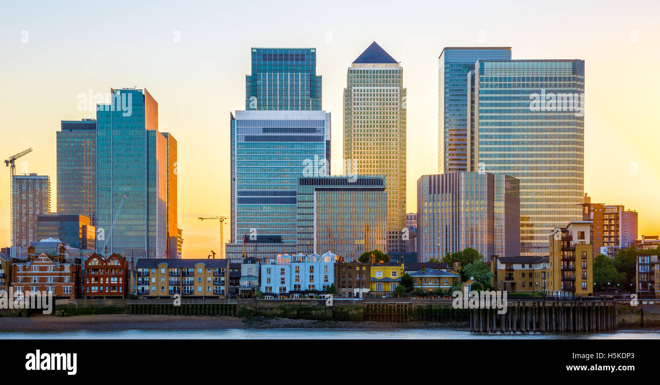 Canary Wharf und Finanzzentrum in London bei Sonnenuntergang Stockbild