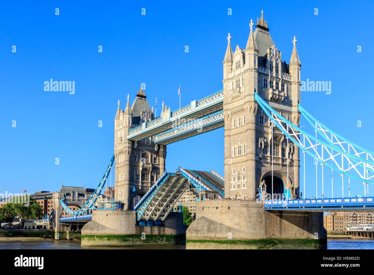 Tower Bridge in London mit Zugbrücke öffnen an einem wolkenlosen Tag Stockbild