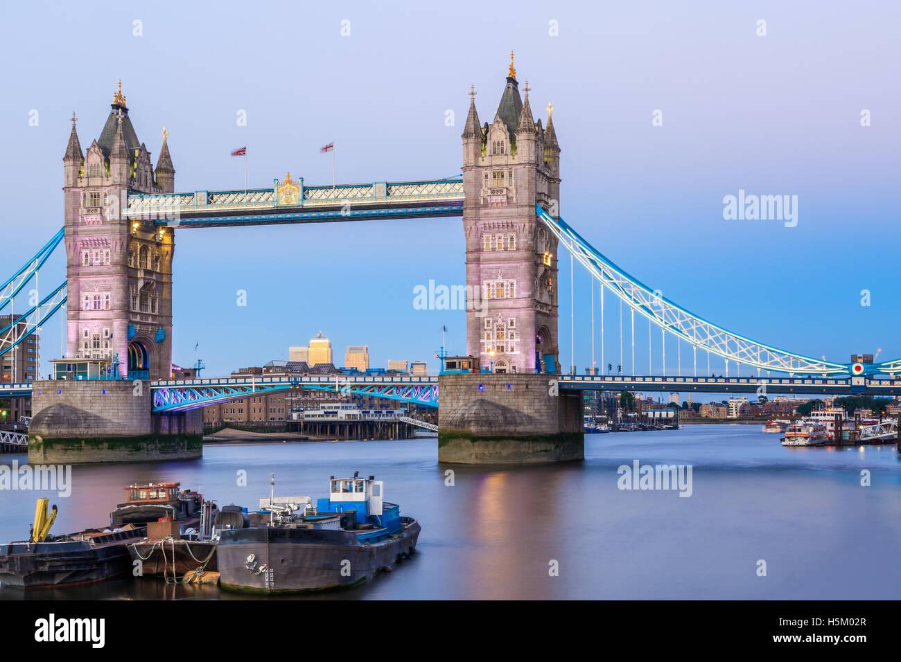 Tower Bridge in London bei Sonnenuntergang mit einem hellblauen Himmel Stockbild