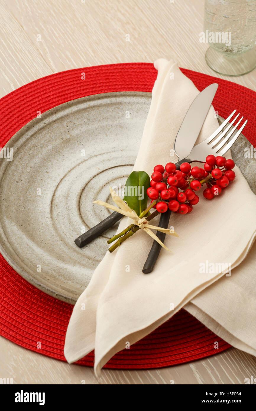 Festliche lässig Weihnachten Tabelle Einstellung Gedeck mit rustikalen Besteck, handgemachte Keramik Teller Stockbild