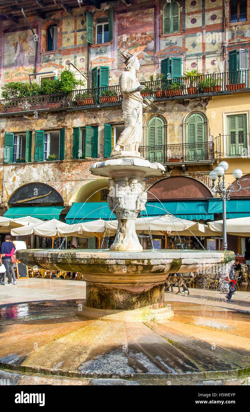 die Madonna Verona-Brunnen in der Piazza Delle Erbe Square im Stadtzentrum von Verona, Venetien, Italien Stockbild