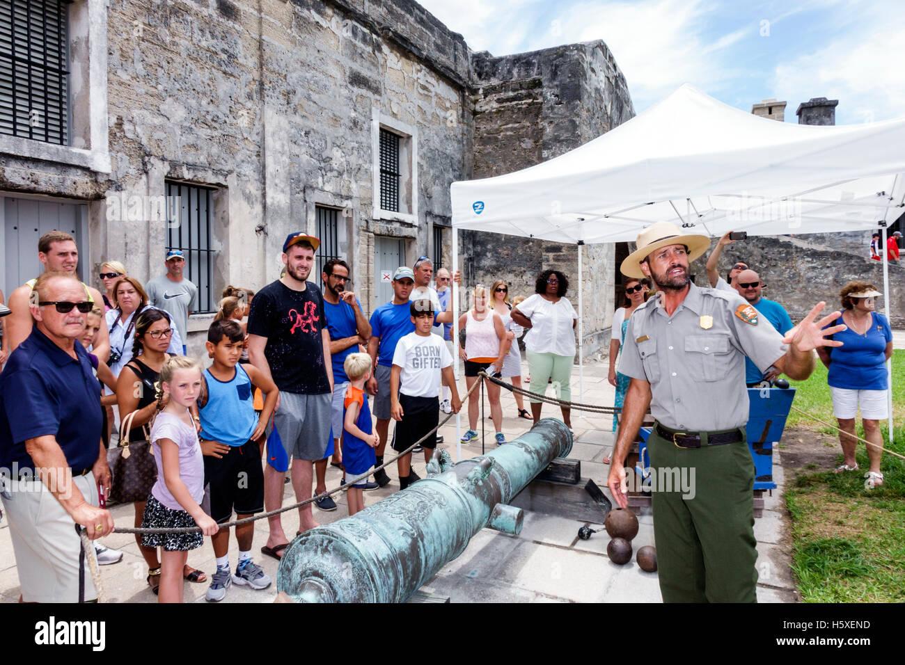 St. Saint Augustine Florida Castillo de San Marcos Nationaldenkmal Demonstration Kanone park Ranger erklärt Stockbild
