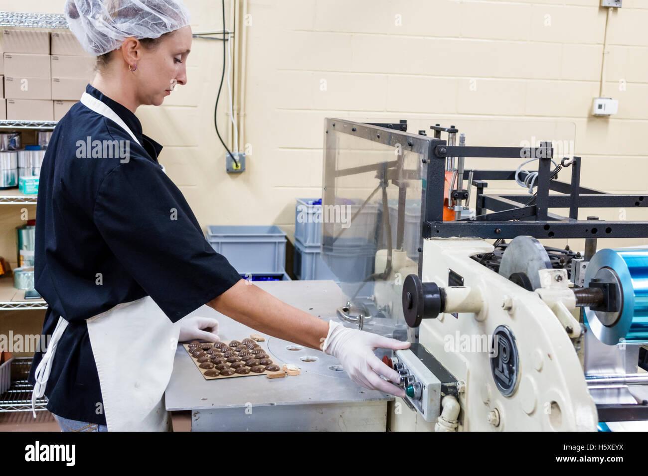 St. Saint Augustine Florida Whetstone Pralinen innerhalb Fabrik Produktionslinie Praline Frau Arbeiter Mitarbeiter Stockbild
