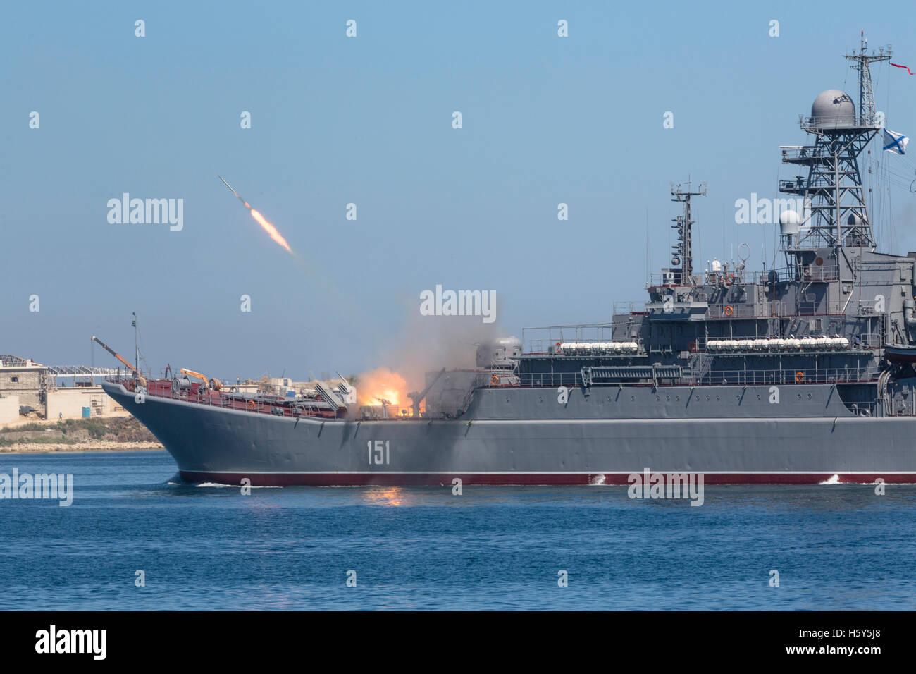 """Das große Landung Schiff """"Asow"""" der russischen Marine macht Raketen während Marine Parade am Stockbild"""