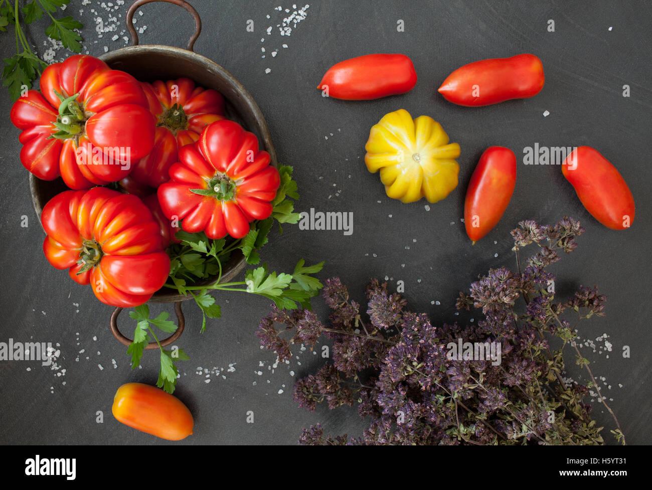 Tomaten und getrockneter Thymian Stockbild