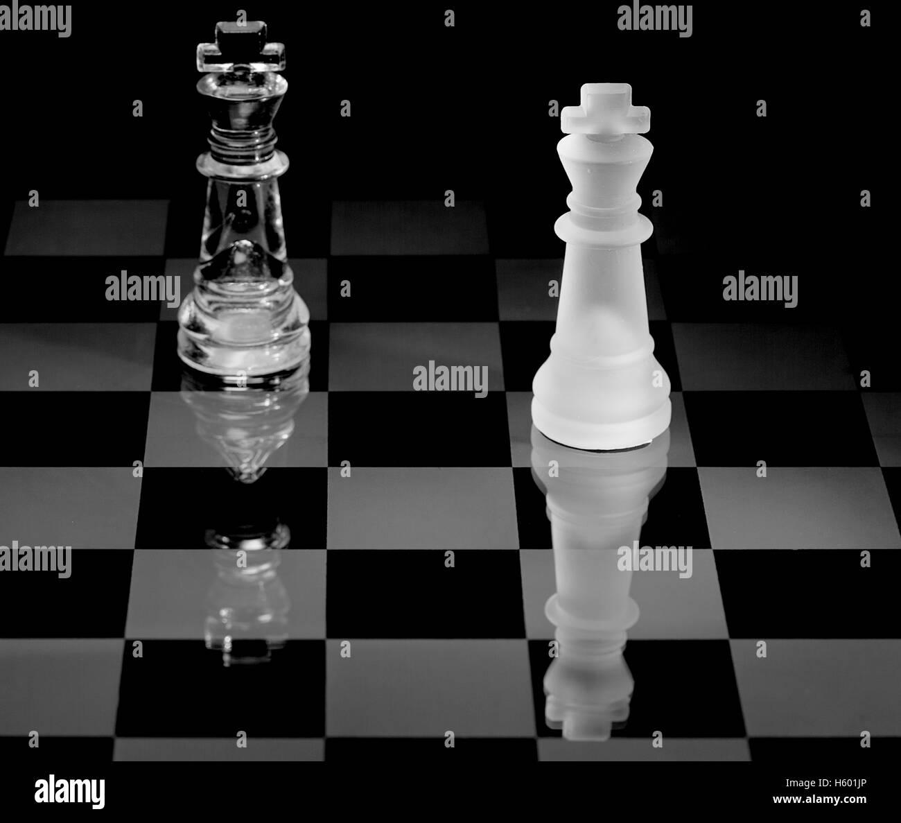 Schachbrett mit Stücke aus Glas Stockfoto