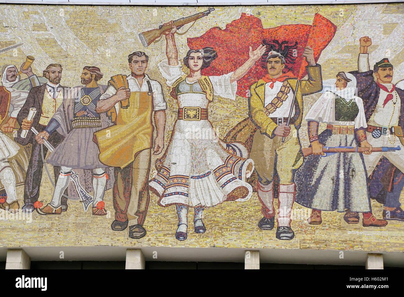 """Sozialistischen Realismus Mosaik """"Die Albaner"""" auf National History Museum in Tirana. Stockbild"""
