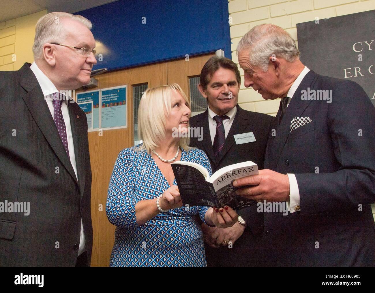 Der Prinz von Wales (rechts) spricht mit Überlebenden Jeff Edwards (links) Gaynor Madgwick (2. von links) und Stockbild