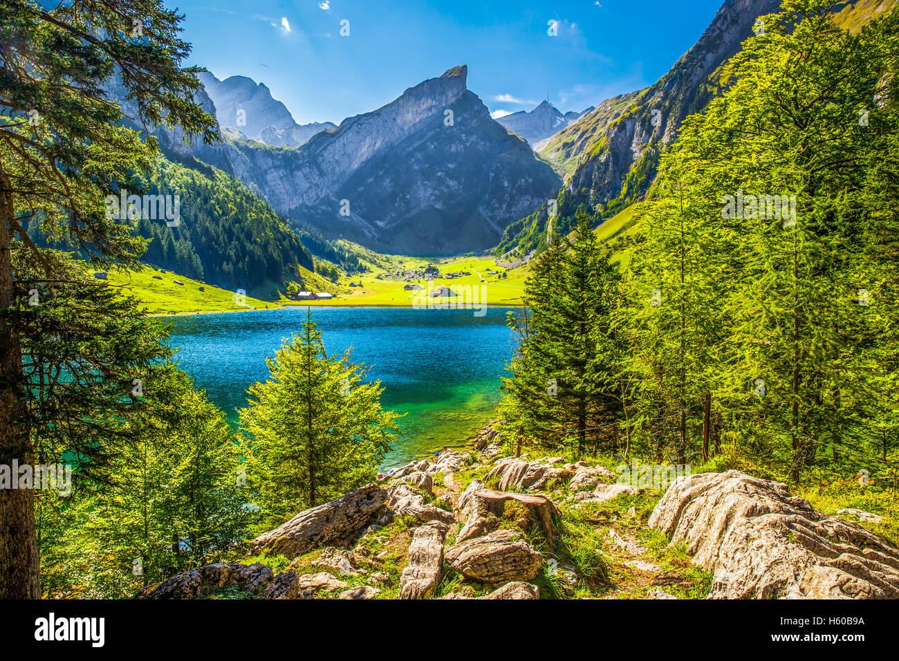 Tourquise klar Seealpsee mit den Schweizer Alpen (Berg Santis) im Hintergrund, Appenzellerland, Schweiz Stockbild
