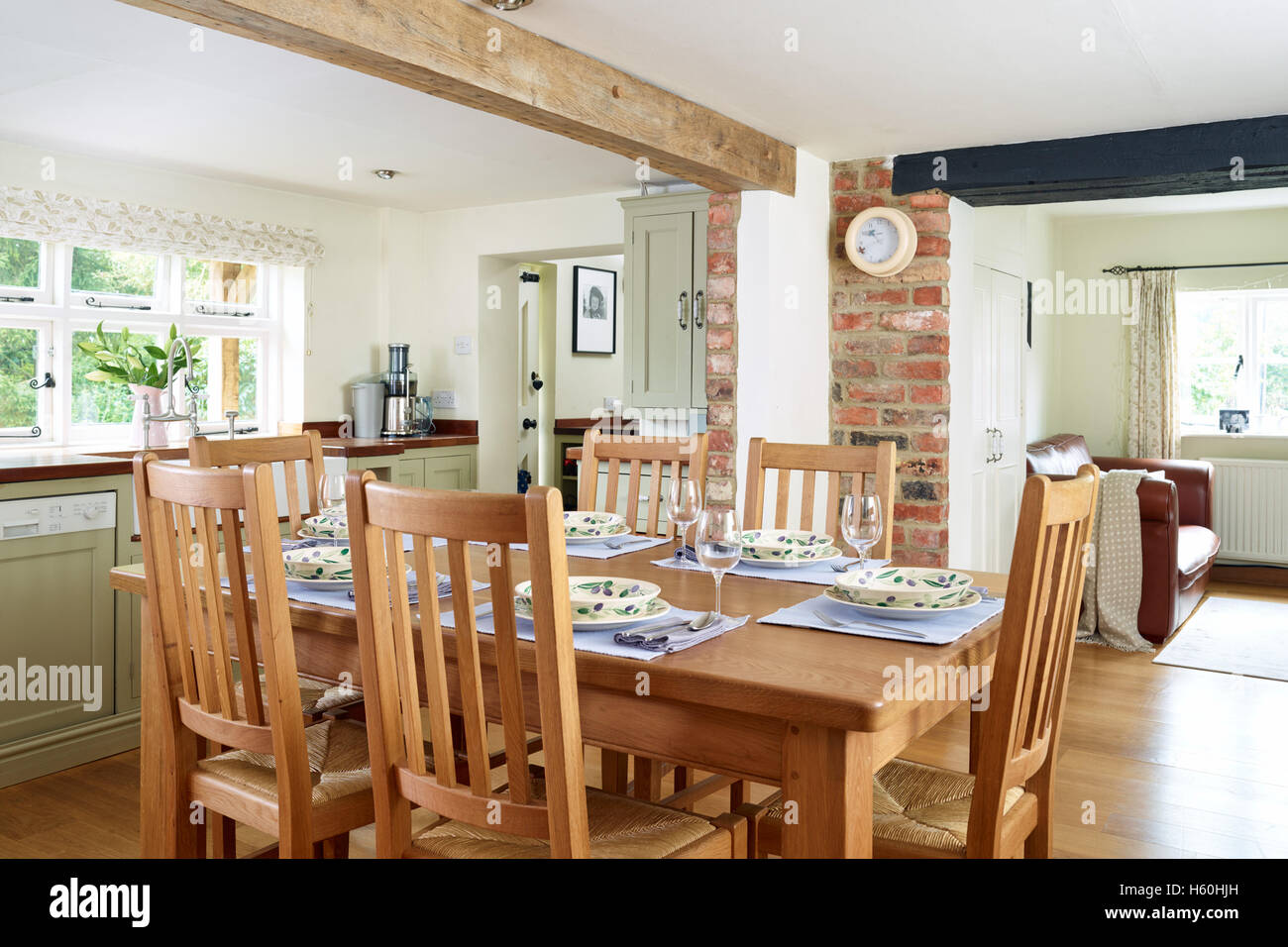 Eine Landhausküche gekleidet Essbereich mit Tisch für das Abendessen Stockbild