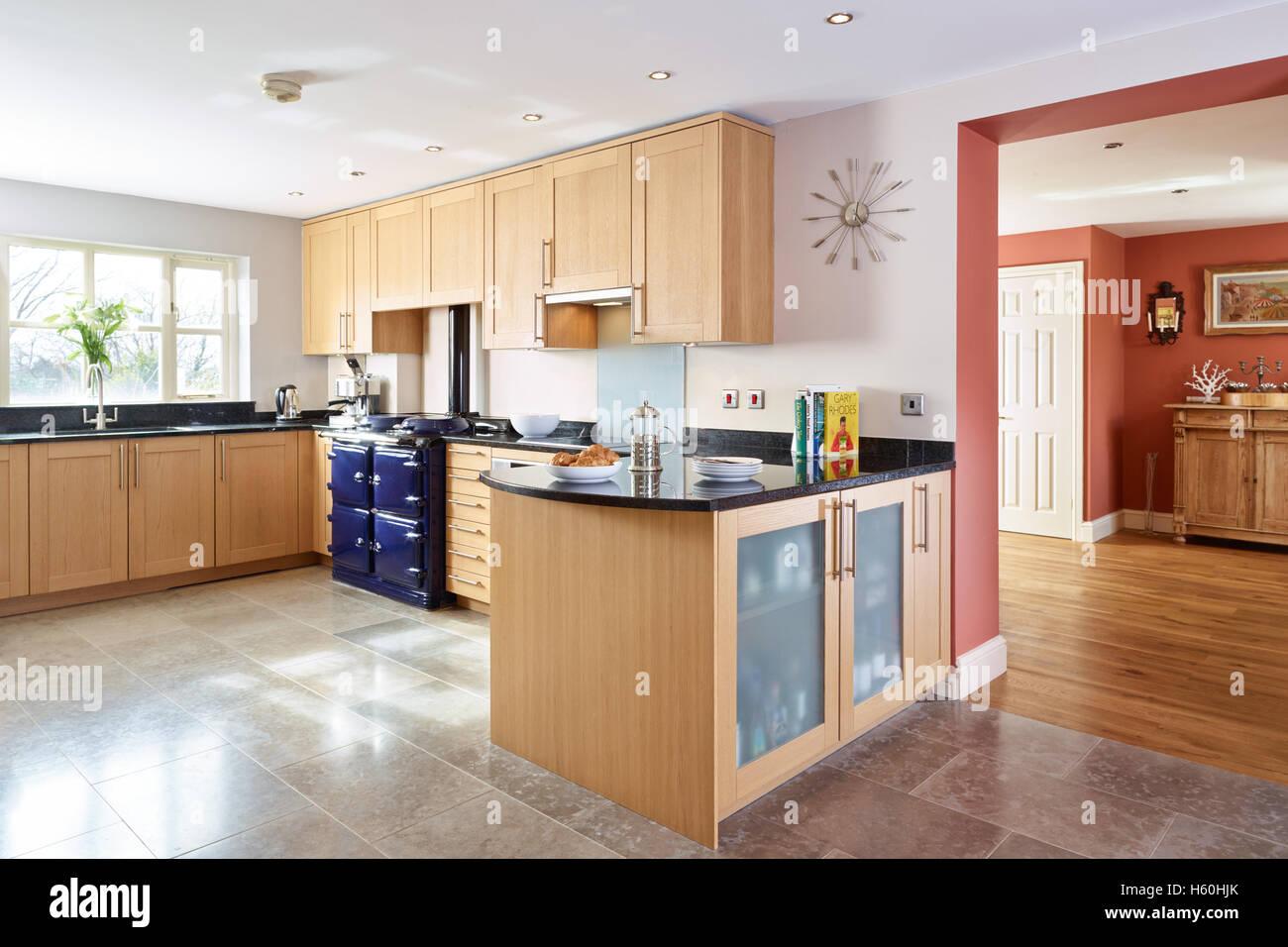 Eine große, modernisierte Buche Küche mit Granit-Arbeitsplatten ...