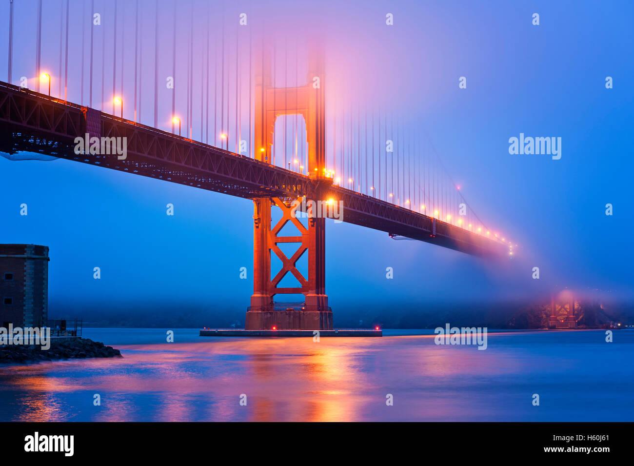 Golden Gate Bridge San Francisco in der Abenddämmerung Stockbild