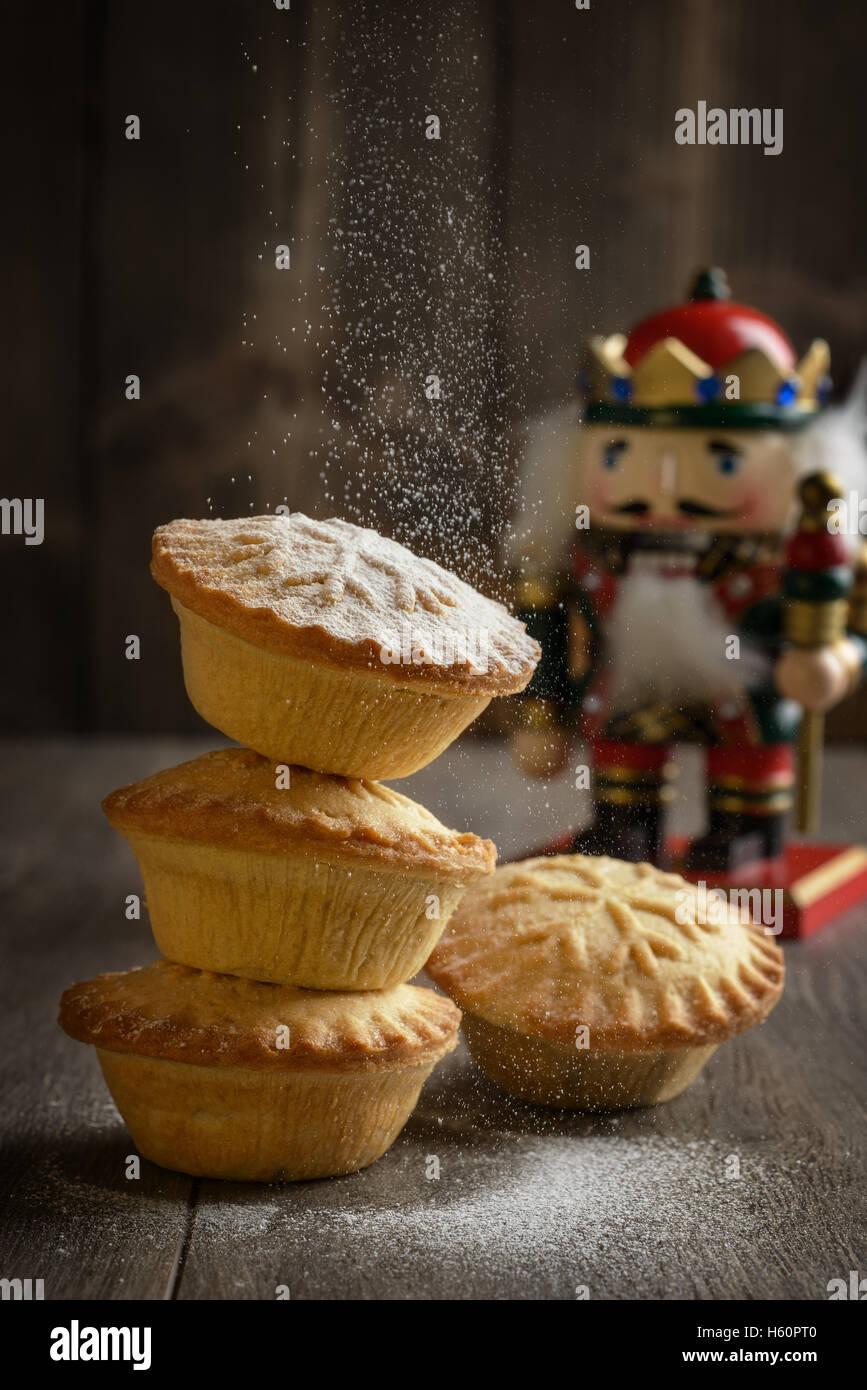 Mince Pies Abstauben mit Puderzucker zu Weihnachten Stockbild